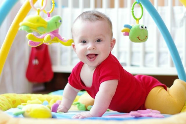 Juguetes Bebe De 8 Meses.Juegos De Estimulacion Para Bebes 4 A 7 Meses Planeta Mama